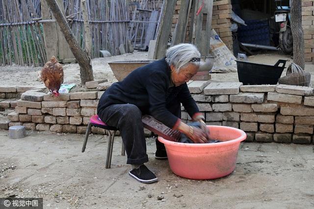 Ở tuổi 84, mẹ ông Qi vẫn rất khỏe mạnh, bà tự giặt quần áo.
