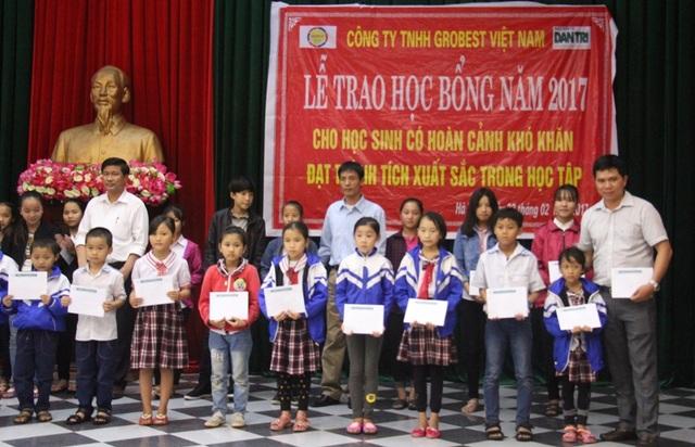 Đại diện công ty TNHH Grobest Việt Nam trao 60 suất học bổng cho các em học sinh Tiểu học và THCS phường Kỳ Phương