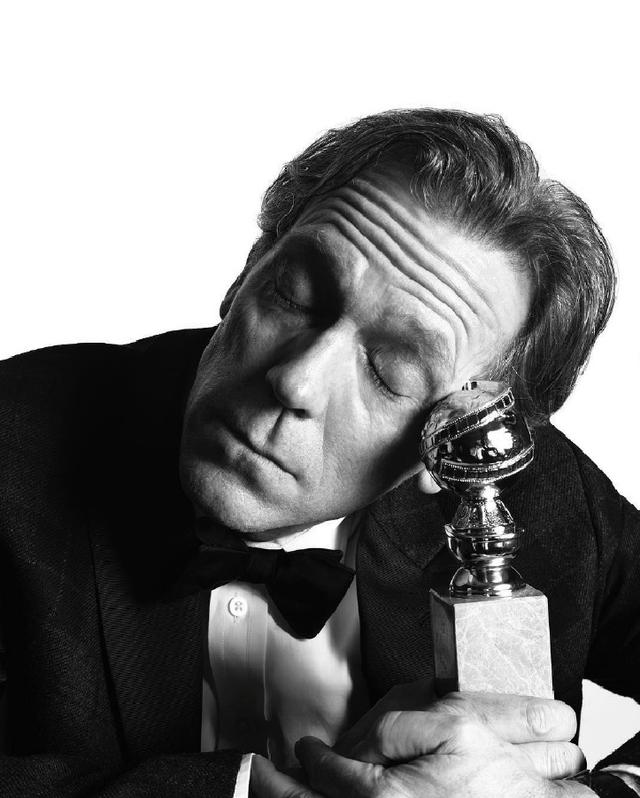 Hugh Laurie nhận giải Nam diễn viên phụ xuất sắc - Thể loại truyền hình ngắn hoặc phim truyện truyền hình với bộ phim The Night Manager.