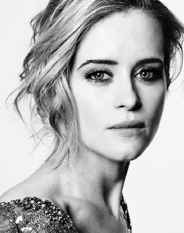 Nữ diễn viên Claire Foy nhận giải Nữ diễn viên xuất sắc nhất (lĩnh vực phim truyền hình) của Quả cầu vàng năm 2017 với diễn xuất trong bộ phim The Crown.