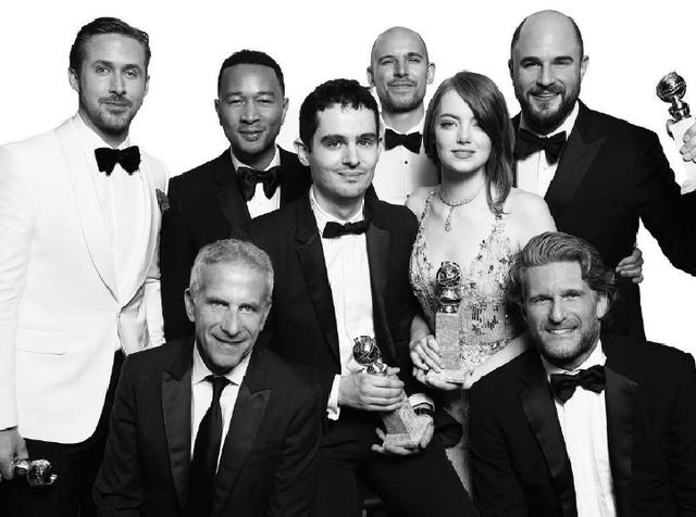 Dàn diễn viên cùng đạo diễn của La La Land mừng rỡ khi bộ phim giành tới 7 giải thưởng trong tổng số 7 đề cử tại Quả cầu vàng lần thứ 74. Trong đó, những giải thưởng quan trọng như Đạo diễn xuất sắc nhất, Nam/Nữ diễn viên xuất sắc nhất, Âm nhạc xuất sắc nhất, Phim xuất sắc nhắt (thể loại phim hài và ca nhạc), Kịch bản hay nhất... đều thuộc về bộ phim này.