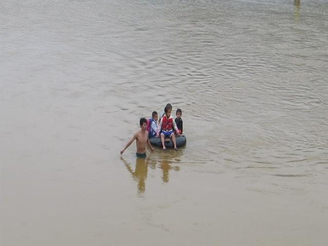 Về mùa mưa, nước sông dâng cao và chảy xiết nên mất an toàn