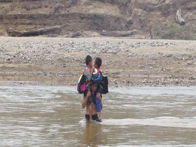 Không có săm, phụ huynh phải cõng học sinh trên vai rồi vượt sông