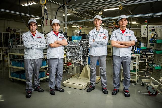 Các Takumi trong dây chuyền lắp ráp động cơ cho Nissan GT-R
