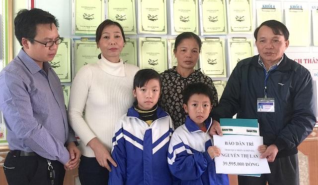PV Dân trí cùng lãnh đạo địa phương trao quà đến bà Lan và hai cháu.