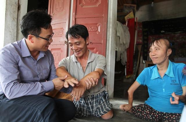 Dù cuộc sống khó khăn, vất vả nhưng anh Què chị Hài vẫn luôn mỉm cười.