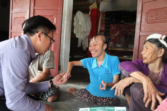 Tại buổi trao quà, chị Hài bảo, giờ mẹ cũng đã gần đất xa trời rồi, nên cả hai anh em phải cố gắng để mẹ được yên tâm hơn.