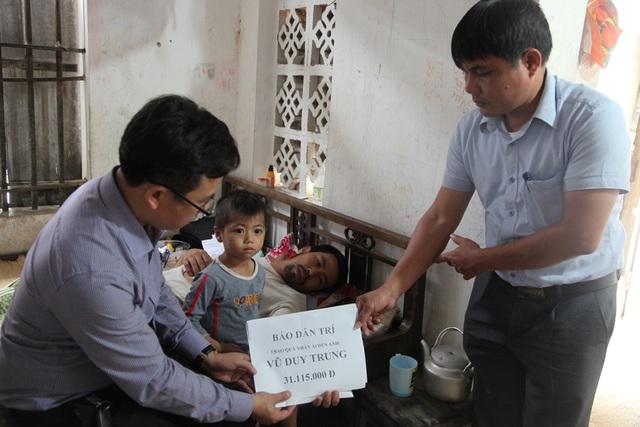 PV Dân trí và chính quyền xã An Hòa trao quà tới anh Trung.
