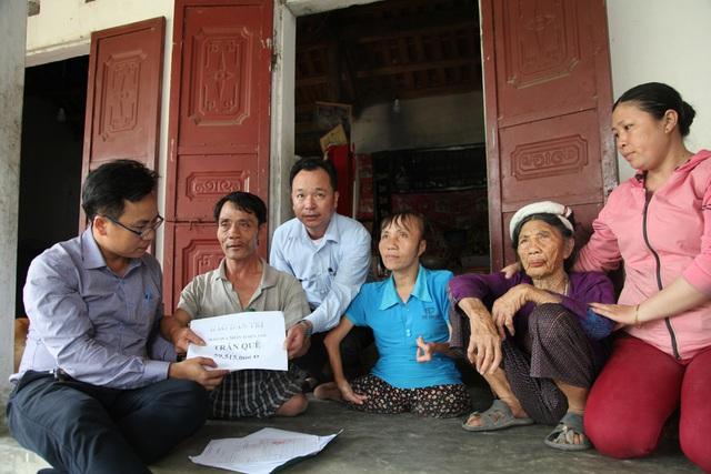 PV Dân trí cùng đại diện chính quyền xã Diễn Hùng trao quà tới gia đình anh Què.