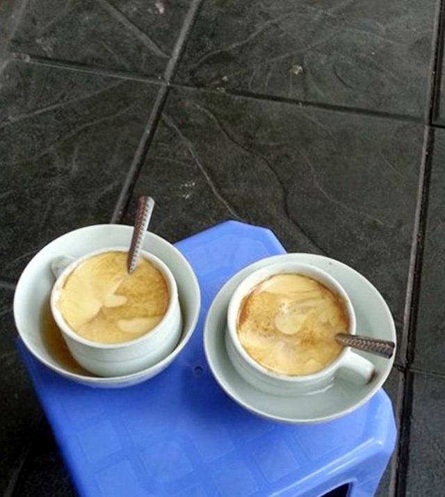 Cà phê trứng có vị đậm đà, kết hợp vị ngòn ngọt, beo béo của trứng với vị đắng vốn có của cà phê. Hai vị đối lập ấy trung hòa lại với nhau, tạo nên vị dịu dàng không thể lẫn.