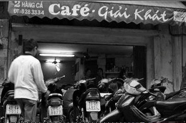 Không biển hiệu, cơi nới cũng vô cùng hạn chế nhưng quán cà phê từng được mệnh danh là Đệ Nhất cà phê Hà Nội không lúc nào ngớt khách.