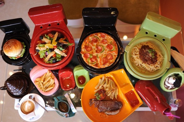 Món ăn, đồ uống cũng được đặt trong các vật dụng gợi nhắc đến nhà vệ sinh.