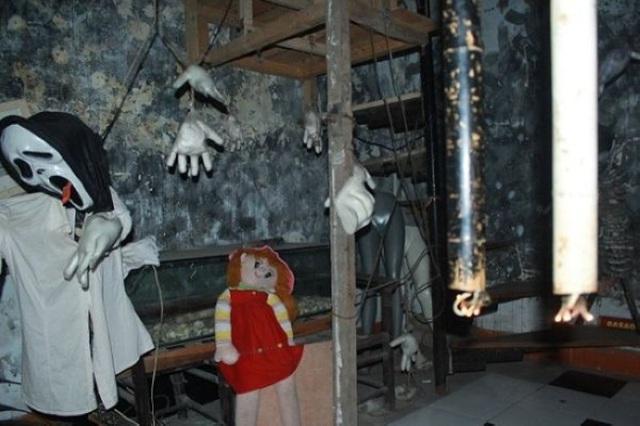 Bên trong quán được trang trí với những hình thù kỳ dị.
