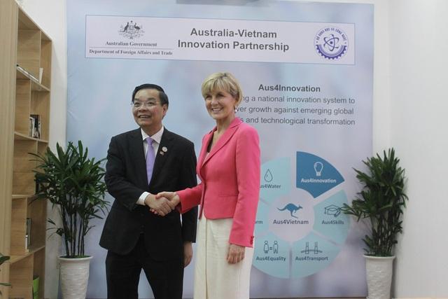 Ông Chu Ngọc Anh, Bộ trưởng Bộ KH&CN Việt Nam và bà Julia Bishop, Bộ trưởng Bộ Ngoại giao và Thương mại Australia bắt tay thể hiện quyết tâm thực hiện những nội dung trong Chương trình vừa công bố.