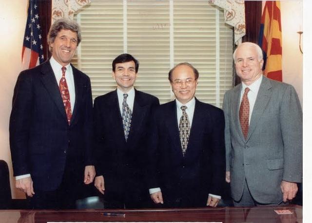 Tháng 3/1998, Thượng nghị sĩ Kerry, ông George Munus - Chủ tịch OPIC, Đại sứ Lê Văn Bàng và Thượng nghị sĩ John McCain (từ trái qua phải) tại lễ khai trương các dự án của Việt Nam.