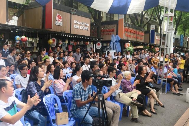 Rất đông người yêu sách đến nghe phần trình bày của diễn giả Vương Trí Nhàn