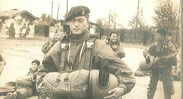 Do liên quan tới phong trào chống chính quyền, ông Moon bị bắt và giam giữ tại Seoul. Tuy nhiên, ông chưa bao giờ hối hận vì việc này mà còn cảm thấy may mắn vì đã gặp bà Kim Jung-sook, người sau này trở thành vợ ông. Sau khi đăng ký đi nghĩa vụ quân sự, ông Moon được điều chuyển tới Lực lượng Đặc nhiệm. Trong khoảng thời gian này, ông tham gia nhiều chiến dịch quân sự và luôn tỏ ra là một cá nhân nổi bật. Trong ảnh: Ông Moon khi làm lính đặc nhiệm của Lục quân Hàn Quốc vào năm 1975. (Ảnh: Korea Times)