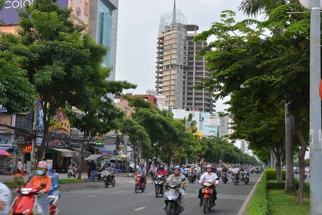 Nhiều người cảm thấy tiếc nuối khi hai tòa nhà V-Ikon và DB Tower cao nhất nhì khu vực này, nằm cạnh nhau, đang ngừng thi công suốt thời gian dài