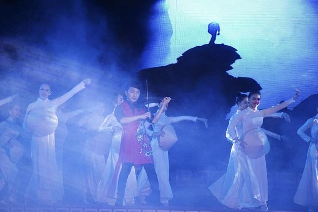 Ca khúc Quảng Bình quê ta ơi do Hoàng Rob và nhóm múa kết hợp giữa violon trên nền điệu hò khoan là tiết mục ấn tượng của chương trình.