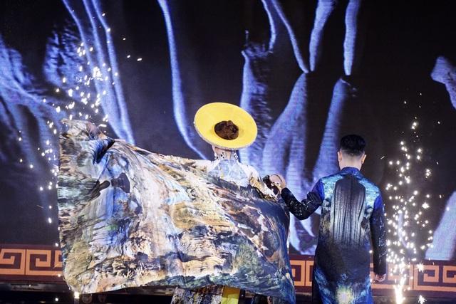 Ngọc Duyên xuất hiện kết màn với tà áo dài đi kèm với chiếc khăn khổ lớn, mềm mại, thướt tha tung bay trong tiết trời se lạnh của Hà Nội, kết hợp cùng chiếc mấn đội đầu đính đá khiến người đẹp trở nên nổi bật trên sân khấu. Người đẹp bước đi uyển chuyển, với dáng áo dài ôm sát, khoe vòng eo thắt đáy lưng ong.