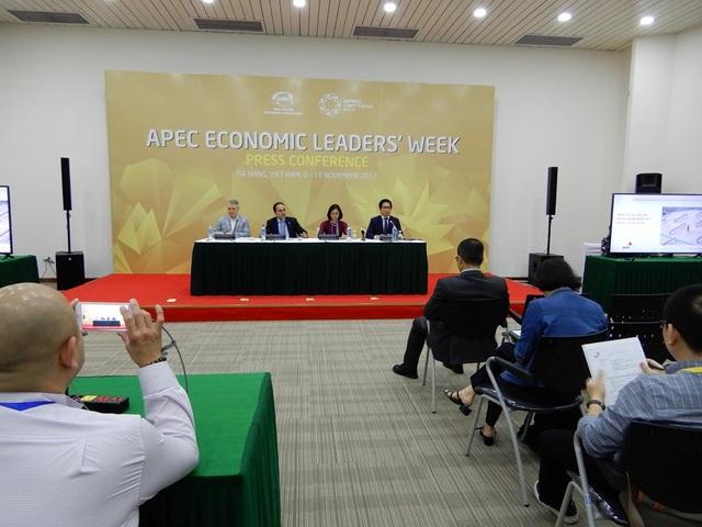 """Buổi họp báo """"Công bố kết quả cuộc khảo sát Lãnh đạo Doanh nghiệp APEC thường niên lần thứ 8""""."""