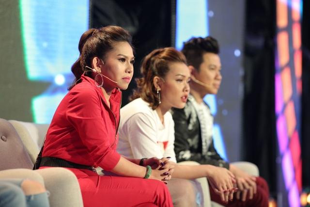 Cô giáo Bình Tinh (áo đỏ) của lớp dân ca cải lương đồng cảm với hoàn cảnh của Hồng Yến.