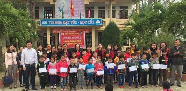 Cũng trong dịp này, Công ty Grobest đã trao 21 suất học bổng đến với các em học sinh nghèo học giỏi tại Trường tiểu học Quảng Lộc, thị xã Ba Đồn, tỉnh Quảng Bình
