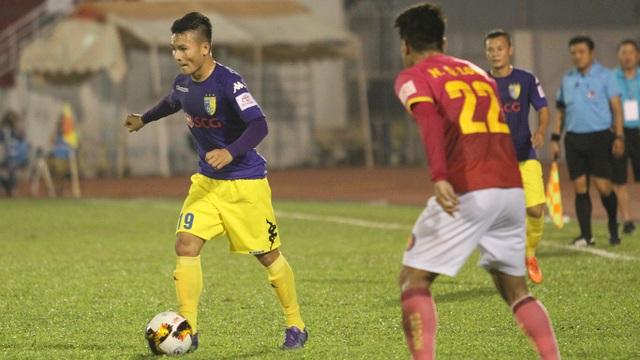 Nguyễn Quang Hải có lẽ là cầu thủ trẻ hay nhất lượt đi V-League 2017 (ảnh: Trọng Vũ)