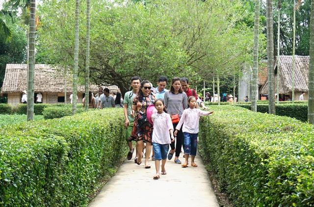 Du khách đến thăm làng Hoàng Trù (Nam Đàn, Nghệ An) - quê ngoại Chủ tịch Hồ Chí Minh