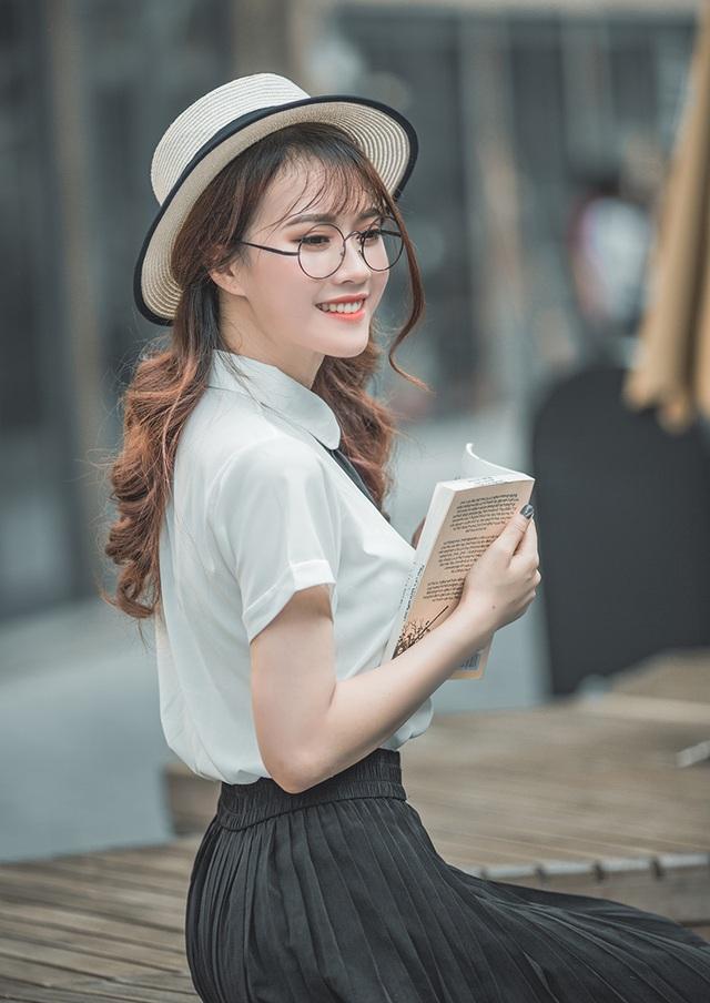Mai Phương chia sẻ: Hiện tại, ngoài việc đi học, mình còn đi chụp lookbook cho các thương hiệu, quay TVC, làm cộng tác viên cho một kênh truyền hình.
