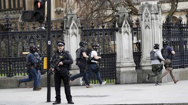 Cảnh sát bên ngoài tòa nhà Quốc hội Anh khi xảy ra vụ tấn công ngày 22/3 (Ảnh: RT)