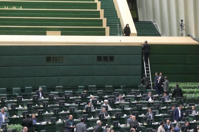 Cảnh tượng nhốn nháo bên trong tòa nhà quốc hội khi xảy ra vụ tấn công