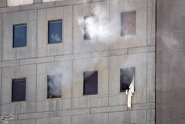 Khói bốc lên trong vụ tấn công kinh hoàng. Hai vụ tấn công đã xảy ra gần như đồng thời vào sáng nay giờ địa phương tại quốc hội Iran và lăng mộ của cựu lãnh đạo tối cao Ayatollah Khomeini hôm nay, làm ít nhất 12 người chết và khoảng 40 người khác bị thương.