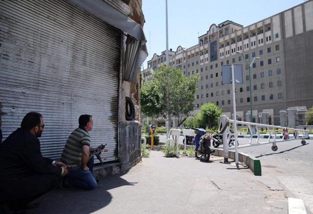 Các nguồn tin cho biết một số kẻ tấn công đã bắt cóc con tin trong tòa nhà quốc hội, nhưng giới chức Iran bác bỏ thông tin này.