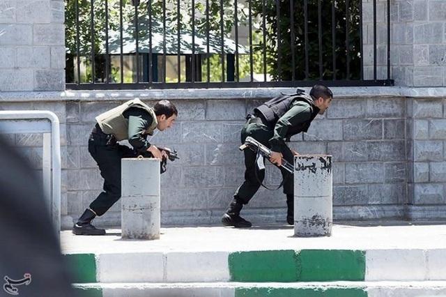 Các thành viên của lực lượng an ninh Iran đối phó với vụ tấn công