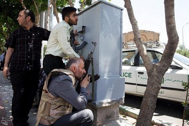 Hiện trường vụ tấn công táo tợn tại quốc hội Iran - 16