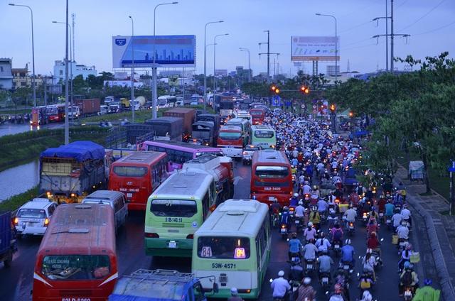 Kẹt xe trên quốc lộ 1, đoạn qua quận Bình Tân, TPHCM (ảnh Đình Thảo)