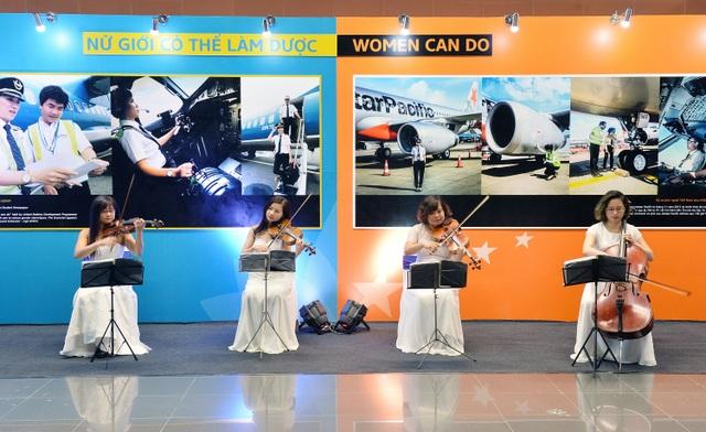 Dàn nhạc giao hưởng Việt Nam biểu diễn tại sân bay chào mừng ngày Quốc tế Phụ nữ 8/3