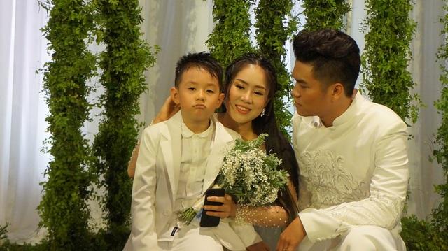 Bé Cà Pháo vui vẻ, tinh nghịch trong suốt tiệc cưới của mẹ