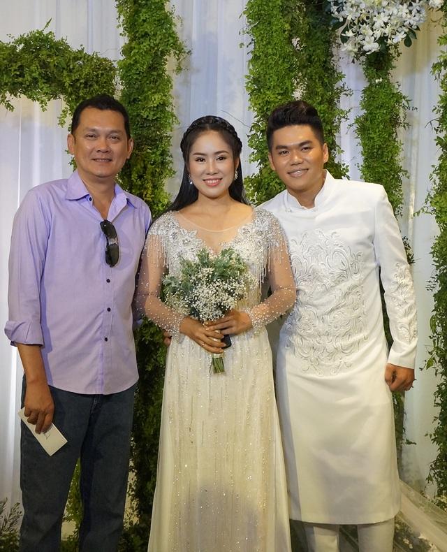 Nghệ sĩ Hữu Châu giản dị trong tiệc cưới