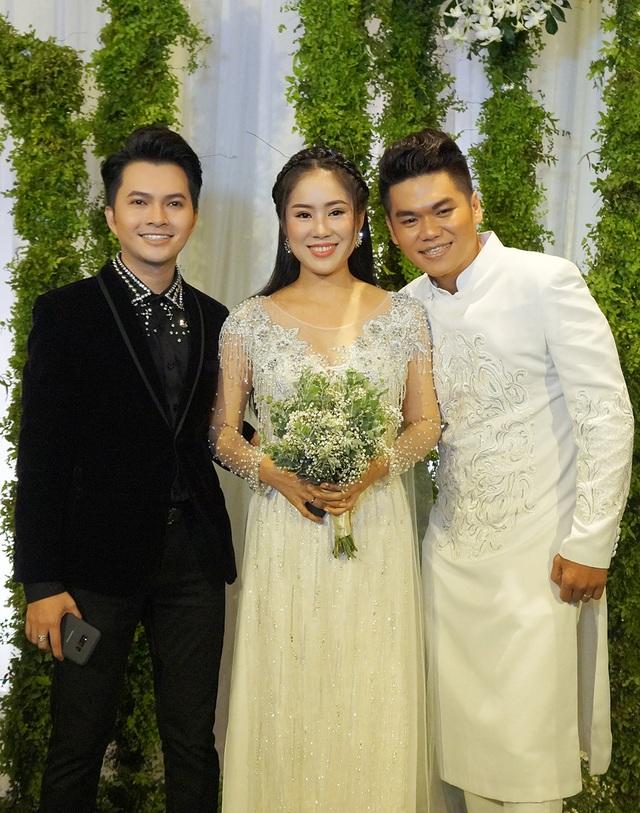 Ca sĩ Nam Cường từng bưng quả cho cặp đôi trong lễ cưới tại Trà Vinh