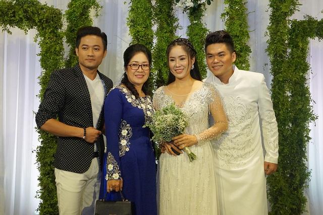 Nam diễn viên thân thiết chụp ảnh chung với cả mẹ của Lê Phương