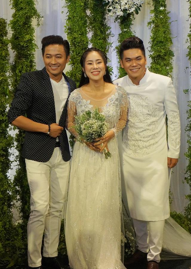 Quý Bình vui vẻ chụp hình kỷ niệm cùng Lê Phương và chồng.