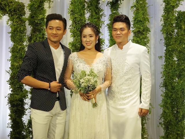 Sự có mặt của Quý Bình trong hôn lễ của người yêu cũ ngay lập tức gây chú ý.