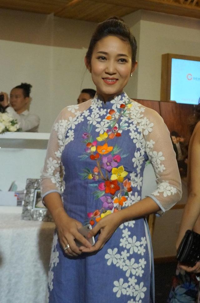 Ca sĩ Thanh Thúy trẻ trung với áo dài cách tân họa tiết hoa nổi bật