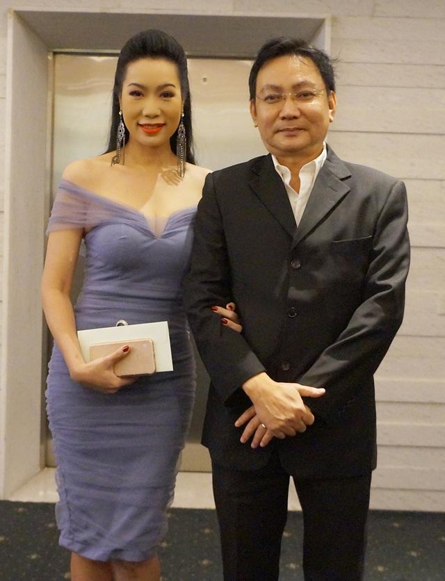 Vợ chồng Trịnh Kim Chi tay trong tay đến chúc mừng đám cưới lần 2 của Lê Phương