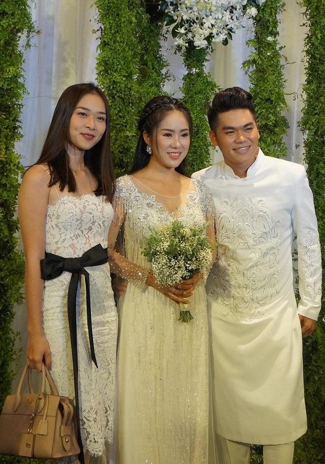 Diệp Bảo Ngọc diện váy ren bó sát tham dự tiệc cưới. Trước đó cô từng đảm nhận vai trò phù dâu cho Lê Phương trong tiệc cưới tại Trà Vinh.