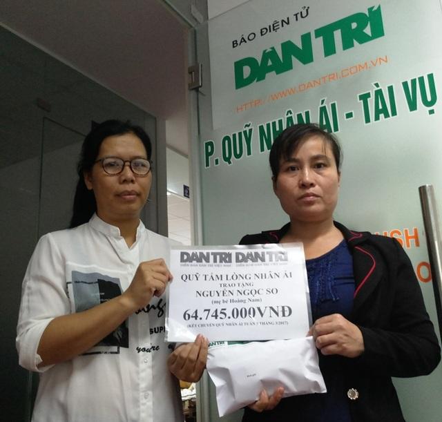Nhà báo Lý Thị Toàn Thắng, Trưởng văn phòng đại diện báo Dân trí tại TPHCM trao quà Nhân ái đến chị So