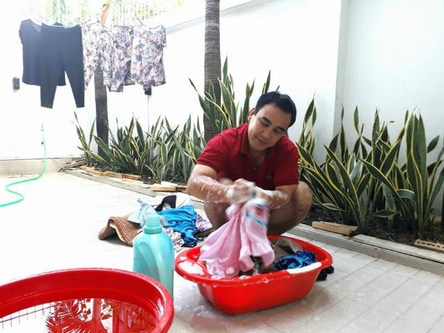 Sau những chuyện ồn ào từ chương trình Cánh Diều, Quyền Linh trở về với gia đình cùng trong vai trò người đàn ông chăm chỉ. Bất ngờ nhất khi anh chia sẻ cảnh giặt đồ bằng tay cho cả nhà. Nam diễn viên ghi dòng status: Nhiệm vụ này là bình yên nhất.