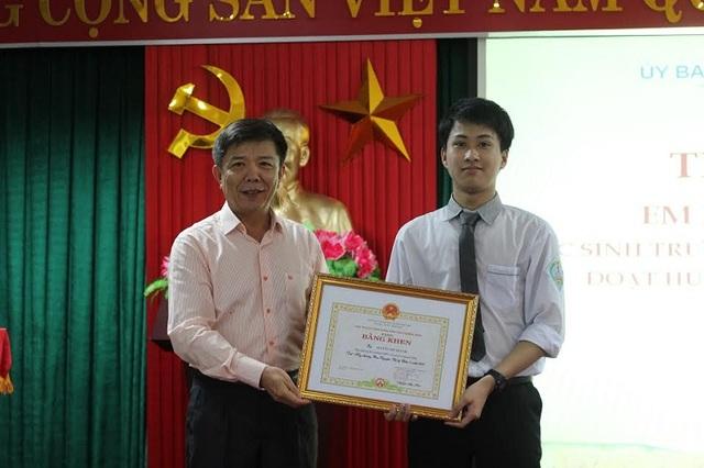 Chủ tịch UBND tỉnh Quảng Bình Nguyễn Hữu Hoài tặng Bằng khen cho em Nguyễn Thế Quỳnh